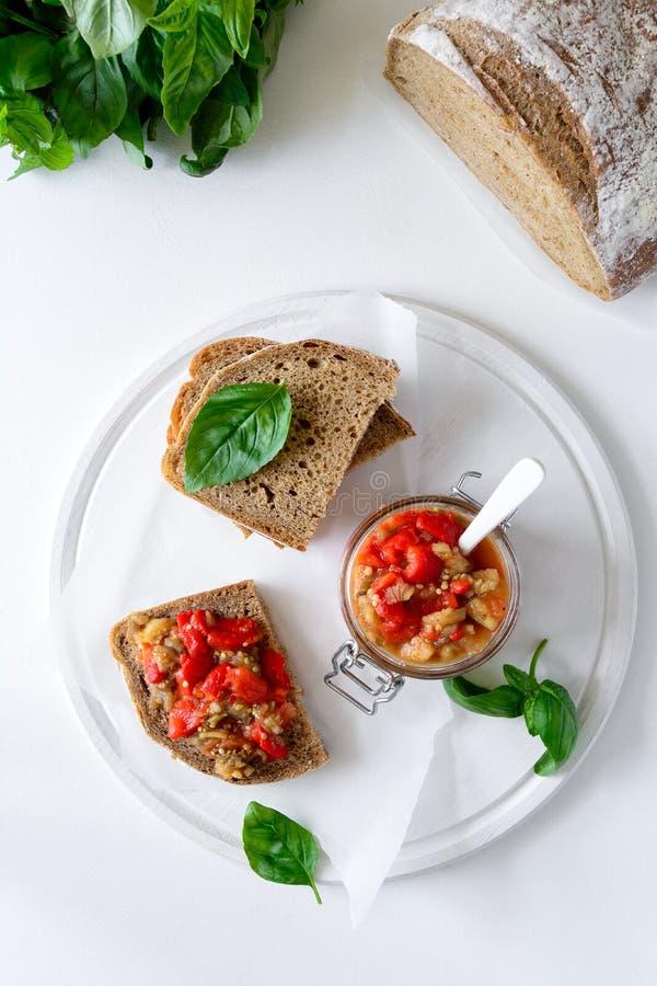 Żyto chleba grzanki i szklany słój z oberżyna kawiorem Jarzynowa zakąska lub antipasti obraz royalty free