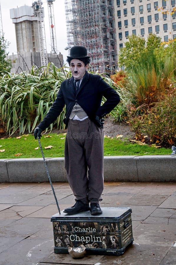 Żywa statua Charlie Chaplin na Londyńskim ` s nabrzeżu obrazy stock