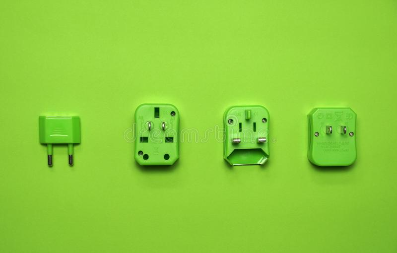 Żywej zieleni cechy ogólnej ściany elektryczny wtyczkowy adaptator na pokładzie podróż ustawia dla turystycznej monochromatycznej zdjęcia stock