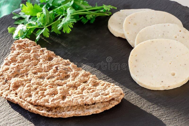 Żywienioniowy domowej roboty kurczaka mortadella z allspice na łupek desce Proteinowego żyta multicereal flatbread Szary tło zdjęcie stock