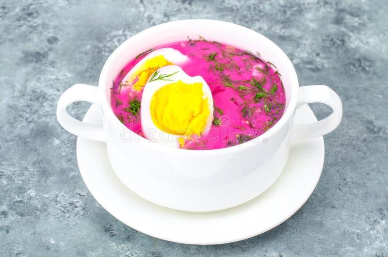 Żywienioniowy i zdrowy jedzenie Polewka z burakami i jajkami obraz stock