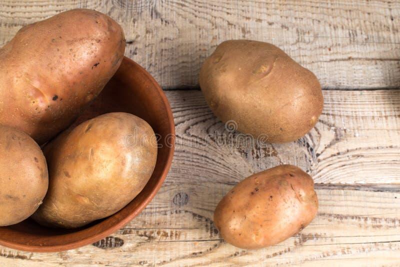 Żywność ekologiczna wegańska ziemniaki na drewnianym tle styl kraju fotografia royalty free