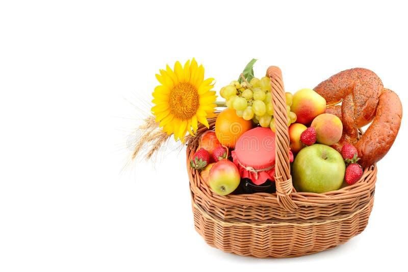 Żywność organiczna odizolowywająca na białym tle Set owoc i ciasta w tkanym koszu Uwalnia przestrzeń dla teksta zdjęcie royalty free