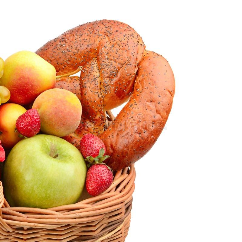 Żywność organiczna odizolowywająca na białym tle Set owoc w tkanym koszu Uwalnia przestrzeń dla teksta zdjęcie stock