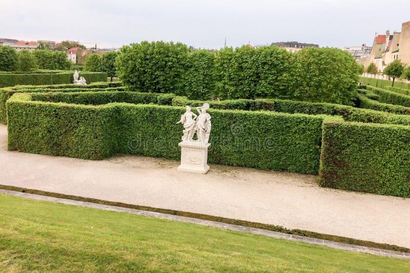 Żywopłot i rzeźba w parku zdjęcia stock