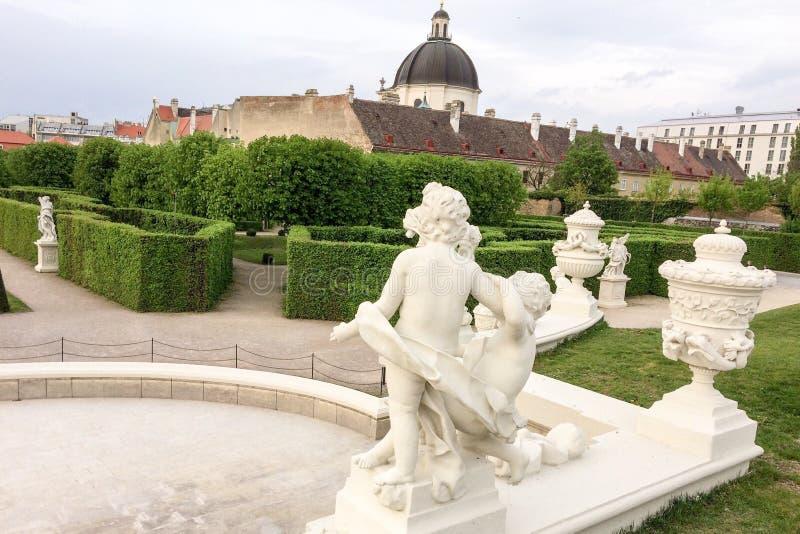 Żywopłot i rzeźba w parku zdjęcia royalty free