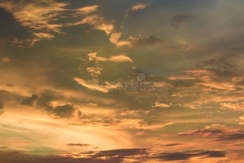 Żywy dramatyczny mroczny zmierzchu niebo zdjęcie royalty free