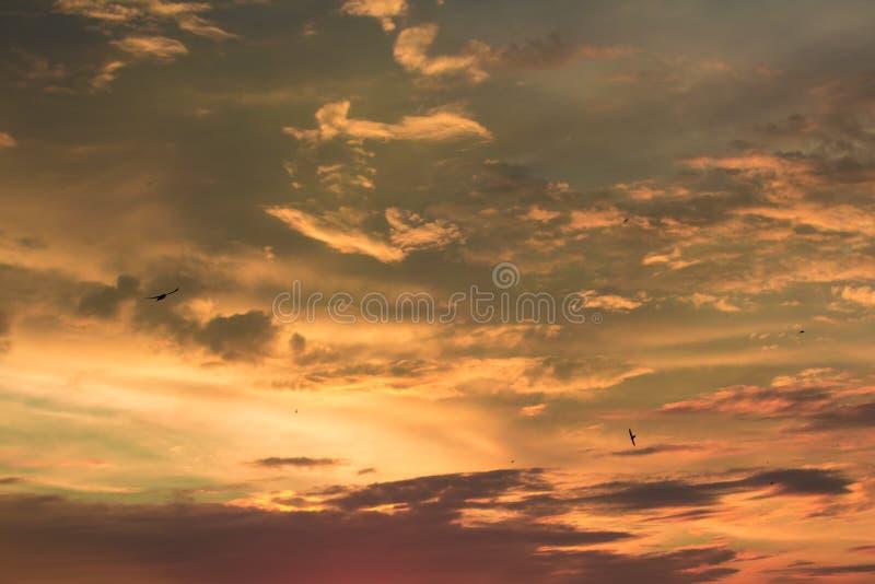 Żywy dramatyczny mroczny zmierzchu niebo obrazy stock