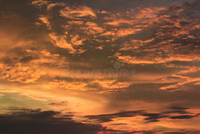 Żywy dramatyczny mroczny zmierzchu niebo zdjęcia royalty free