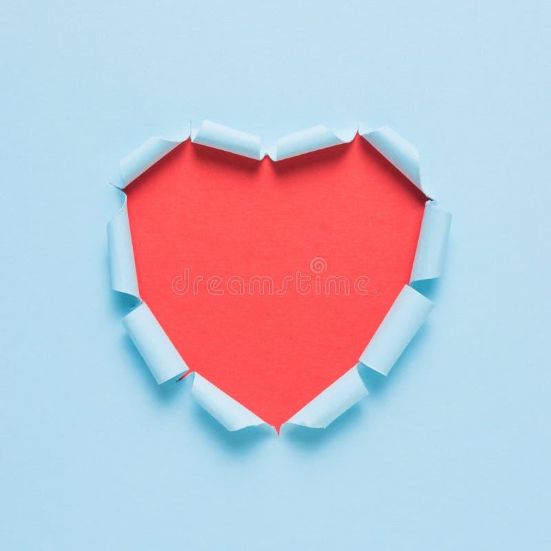 Żywy drzejący papierowy serce na jaskrawym tle Minimalna miłość jak pojęcie lub obraz royalty free