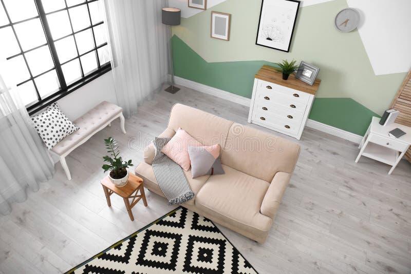 Żywy izbowy wnętrze z wygodną kanapą zdjęcie royalty free