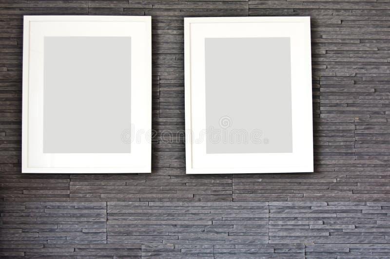Żywy pokój ściany projekt z nowożytną łupek teksturą i dwa ramami obrazy stock
