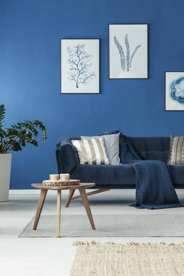 żywy pokój z kanapą obraz stock