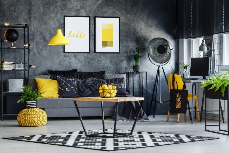 Żywy pokój z prostym stołem obrazy royalty free