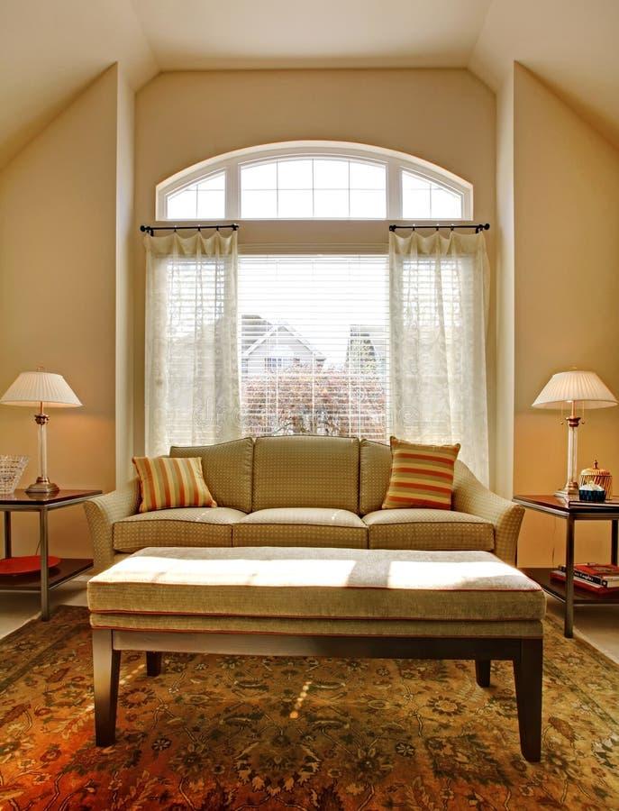 Żywy pokój z wielką okno i klasyka kanapą obrazy royalty free