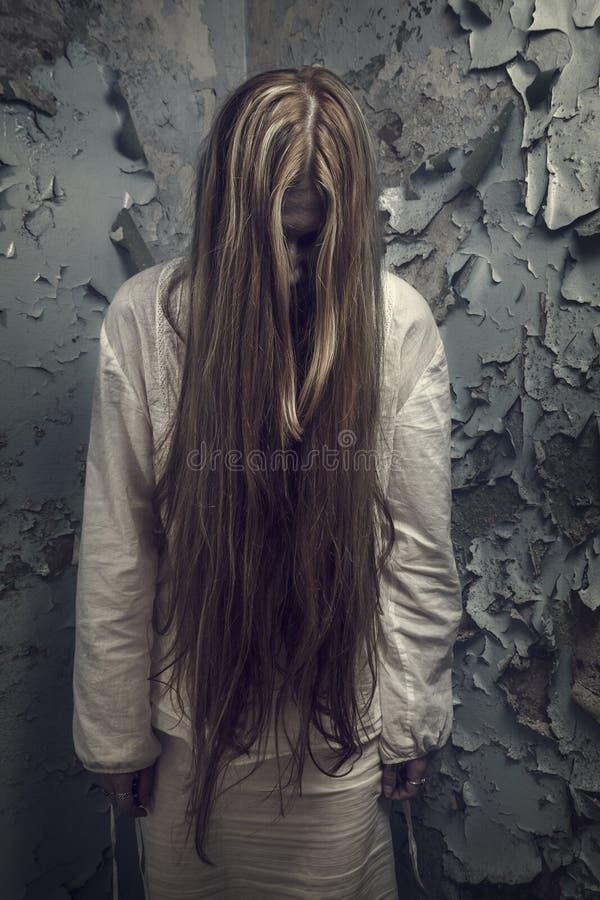 Żywy trup z loong włosy w zaniechanym budynku fotografia royalty free