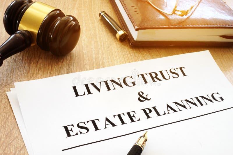 Żywy zaufanie i nieruchomości planowanie tworzymy na biurku obrazy stock