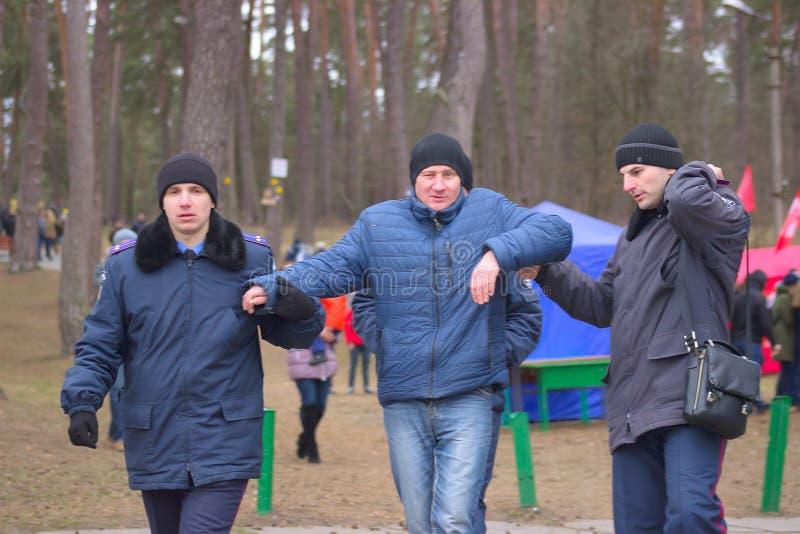 Žytomyr, Ucraina - 19 gennaio 2016: Uomo drunked arrestato polizia immagine stock libera da diritti