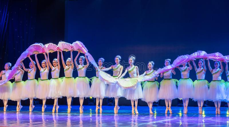 ˆCatch do ¼ de Jasmine Flowersï o ‰ do ¼ de Dragonï - bailado nacional chinês fotografia de stock royalty free