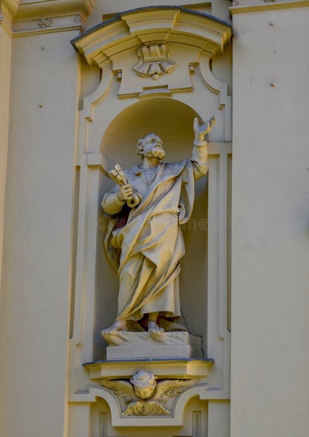 Άγαλμα Αγίου Peter που κρατά τα κλειδιά στον ουρανό στην πρόσοψη της βασιλικής Αγίου Margaret Antiochia στοκ φωτογραφία