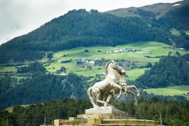 Άγαλμα αλόγων στη διασταύρωση κυκλικής κυκλοφορίας στο δρόμο σε trentino-Alto Adige, Ιταλία στοκ εικόνες με δικαίωμα ελεύθερης χρήσης