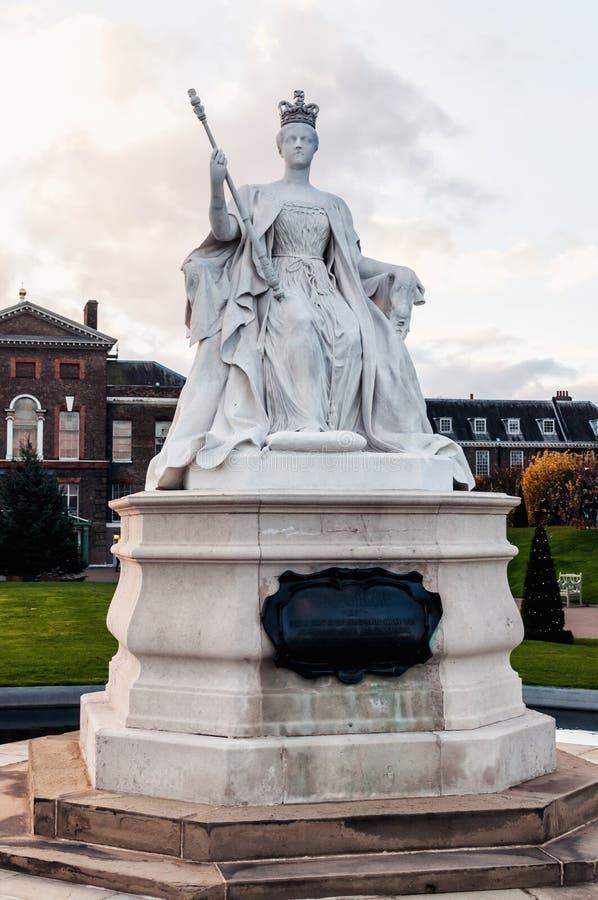Άγαλμα βασίλισσας Victoria και παλάτι Kencington στο Λονδίνο στοκ εικόνα με δικαίωμα ελεύθερης χρήσης