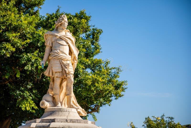 Άγαλμα δίπλα στο παλαιό ενετικό φρούριο και ελληνικός ναός στην Κέρκυρα, Επτάνησα, Ελλάδα στοκ εικόνα
