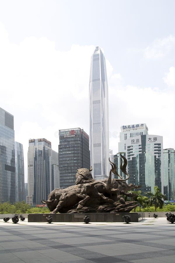 Άγαλμα και ορίζοντας ταύρων χαλκού χρηματιστηρίου Shenzhen στοκ εικόνα