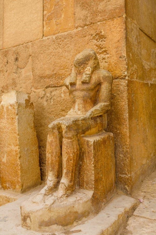 Άγαλμα κοντά στις μεγάλες πυραμίδες στο οροπέδιο Giza Κάιρο Αίγυπτος στοκ εικόνα με δικαίωμα ελεύθερης χρήσης