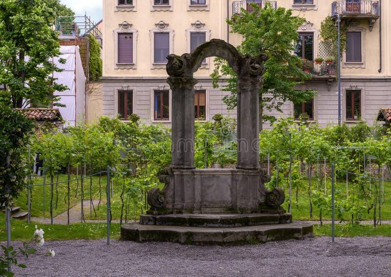 Άγαλμα με τον αμπελώνα πίσω, κήπος του σπιτιού Atellani, Museo Vigna Di Leonardo, Μιλάνο στοκ φωτογραφίες
