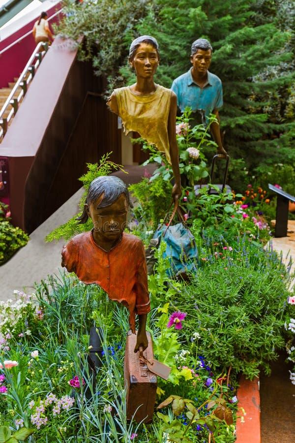 Άγαλμα στο θόλο λουλουδιών στους κήπους από τον κόλπο στη Σιγκαπούρη στοκ φωτογραφίες