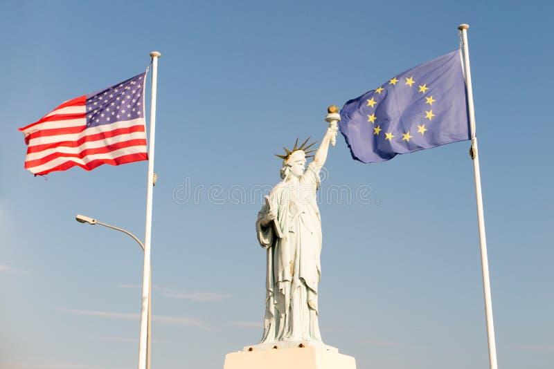 Άγαλμα της ελευθερίας με τη αμερικανική σημαία και τις ευρωπαϊκές σημαίες στοκ φωτογραφίες με δικαίωμα ελεύθερης χρήσης