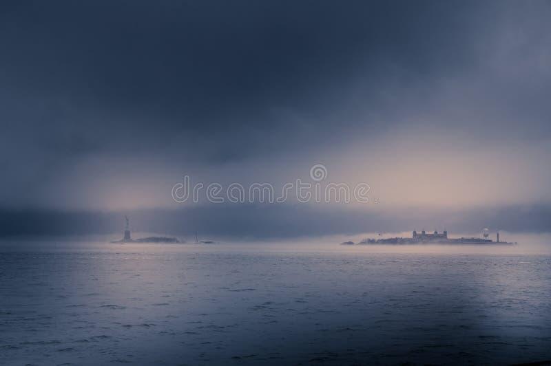 Άγαλμα της ελευθερίας στην ομίχλη από το Μανχάταν στοκ εικόνες