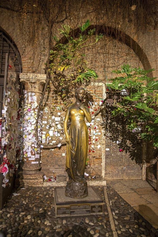 Άγαλμα της Juliet στη Βερόνα, Ιταλία Σπίτι της Juliet, η κύρια έλξη στη Βερόνα Άγαλμα Juliet Capulet στο κατώφλι σπιτιών της στοκ φωτογραφία με δικαίωμα ελεύθερης χρήσης