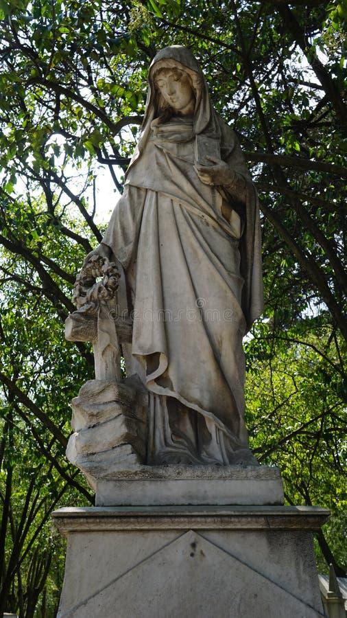 Άγαλμα της Virgin σε ένα νεκροταφείο στοκ εικόνες με δικαίωμα ελεύθερης χρήσης