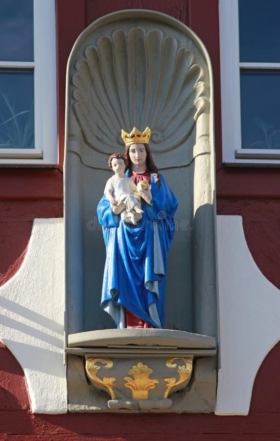 Άγαλμα της Virgin Mary με το παιδί Ιησούς σε ένα παλαιό μισό-εφοδιασμένο με ξύλα χ στοκ φωτογραφίες