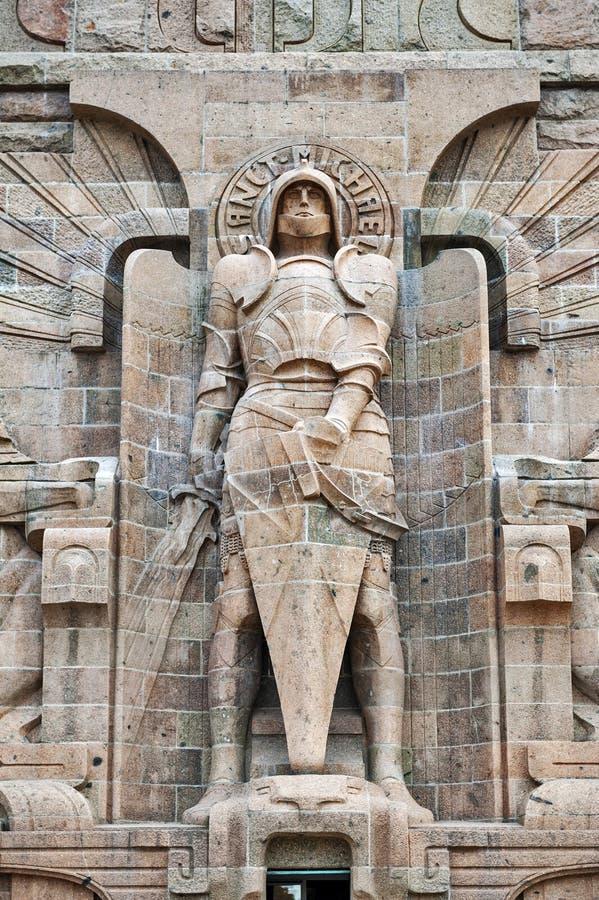 Άγαλμα του αρχαγγέλου Michael στην είσοδο στο μνημείο στη μάχη των εθνών στην πόλη της Λειψίας, Γερμανία στοκ φωτογραφία