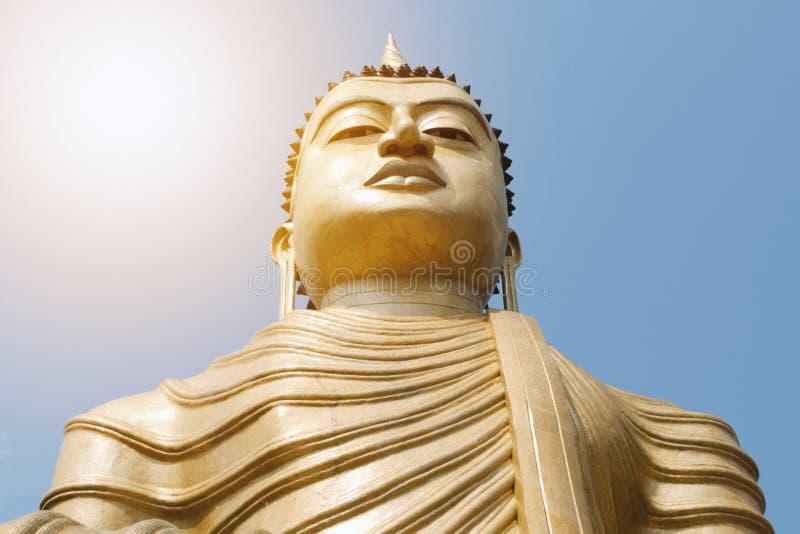 Άγαλμα του Βούδα στο υπόβαθρο μπλε ουρανού στοκ φωτογραφίες