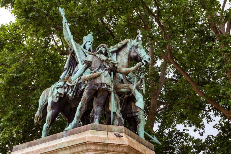 Άγαλμα του Καρλομάγνου κοντά στον καθεδρικό ναό της Notre Dame, Γαλλία στοκ φωτογραφίες