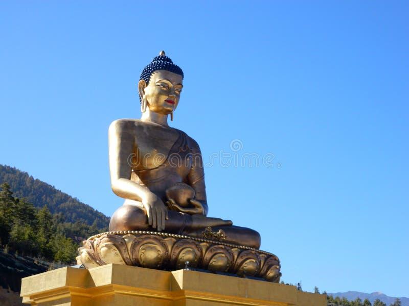 Άγαλμα του Λόρδου Βούδας με το υπόβαθρο μπλε ουρανού στοκ εικόνα με δικαίωμα ελεύθερης χρήσης