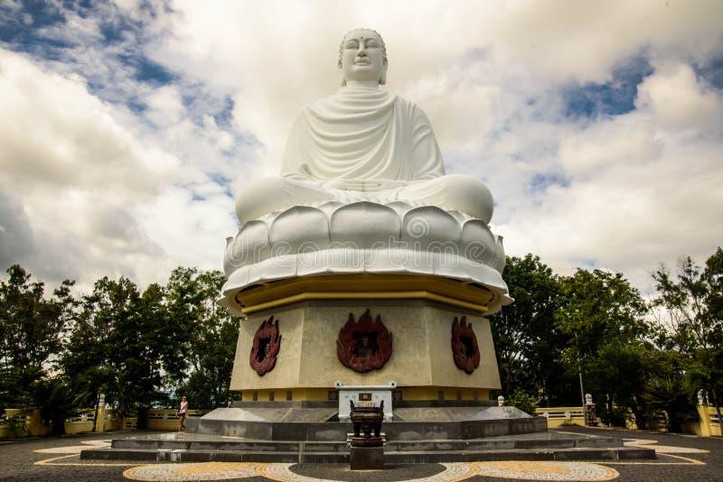 Άγαλμα του μεγάλου Βούδα στη μακριά παγόδα γιων στοκ φωτογραφία με δικαίωμα ελεύθερης χρήσης
