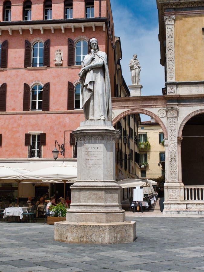Άγαλμα του συγγραφέα Dante που βρίσκεται στην πλατεία Dei Signori στοκ φωτογραφία με δικαίωμα ελεύθερης χρήσης