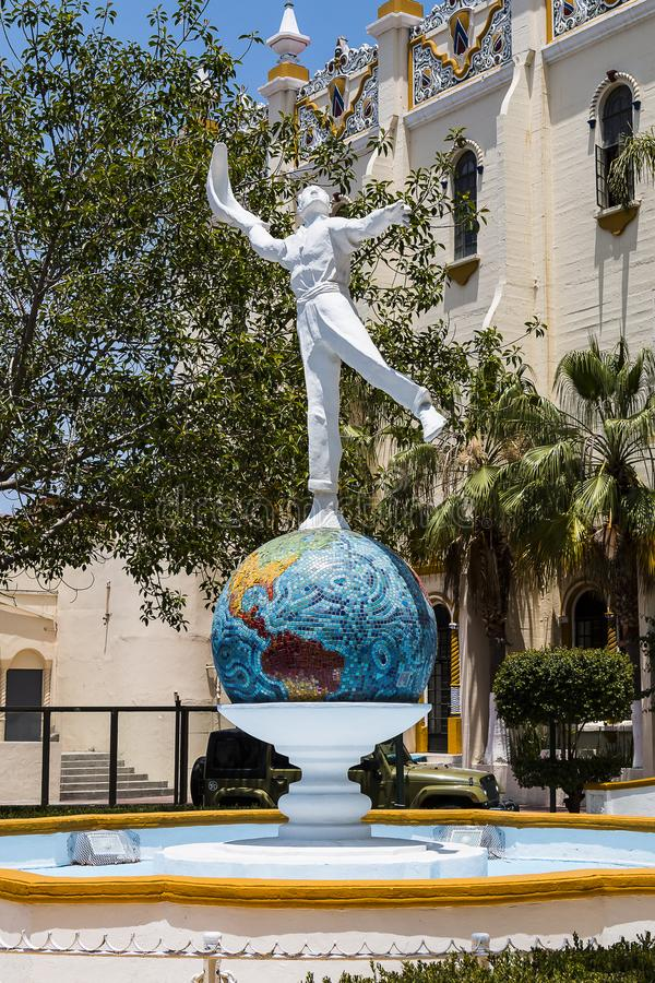 Άγαλμα του φορέα της Jai Alai μπροστά από τον προηγούμενο χώρο σε Tijuana, Μεξικό στοκ εικόνες