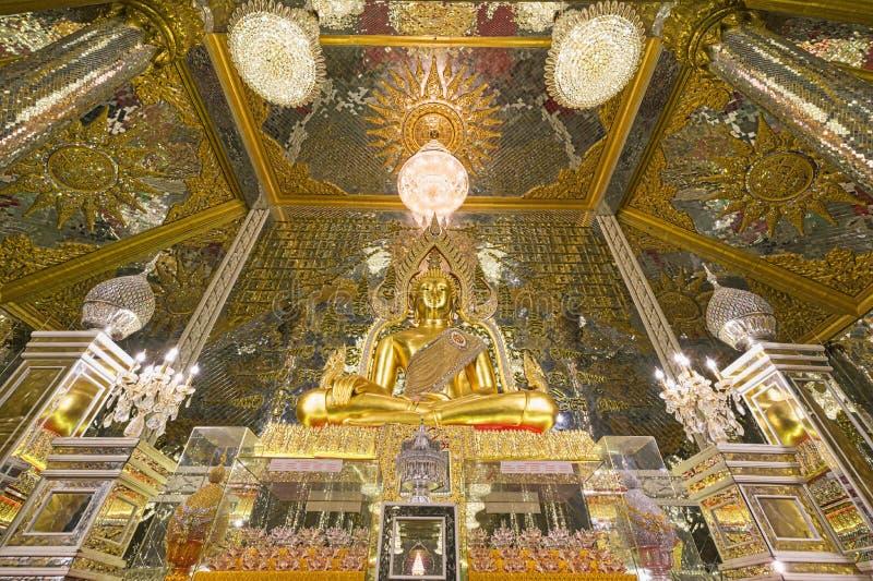 Άγαλμα του Χρυσού Βούδα στο Wat Veerachote Thammaram, Chachoengsao, Ταϊλάνδη στοκ εικόνες