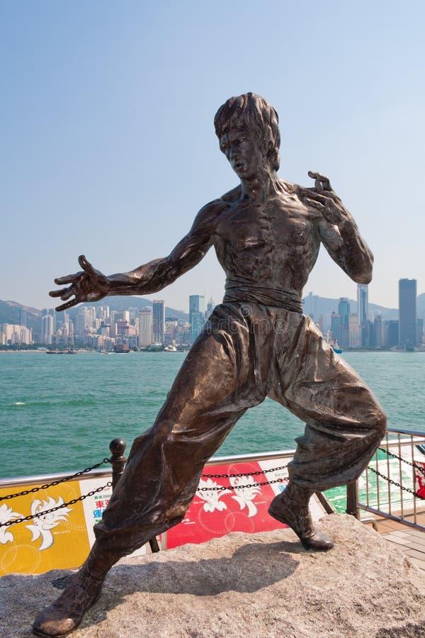 Άγαλμα του Bruce Lee στο harbourfront σε Kowloon με το Χονγκ Κονγκ CBD στο υπόβαθρο στοκ φωτογραφία με δικαίωμα ελεύθερης χρήσης
