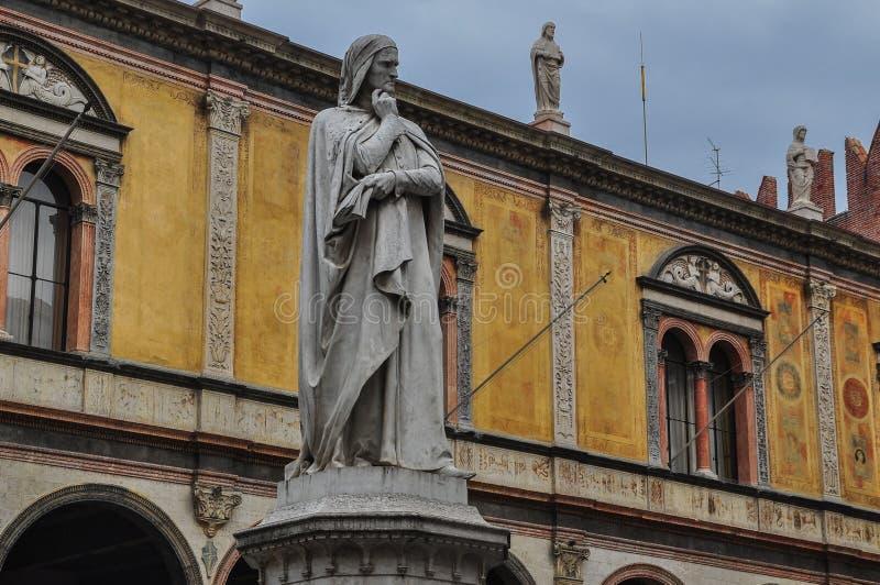 Άγαλμα του Dante Alighieri στη Βερόνα, Ιταλία στοκ εικόνα με δικαίωμα ελεύθερης χρήσης