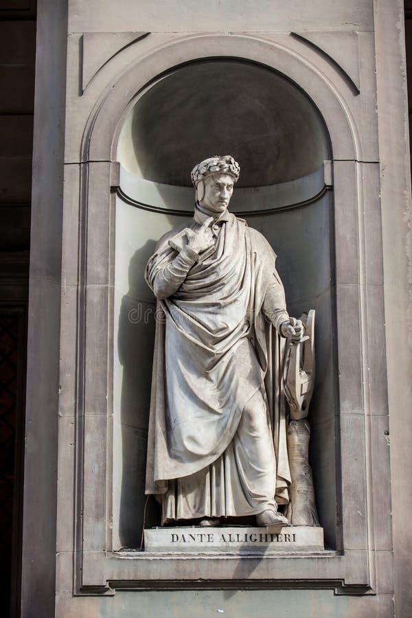Άγαλμα του Dante Allighieri στο προαύλιο της στοάς Uffizi στη Φλωρεντία στοκ εικόνα