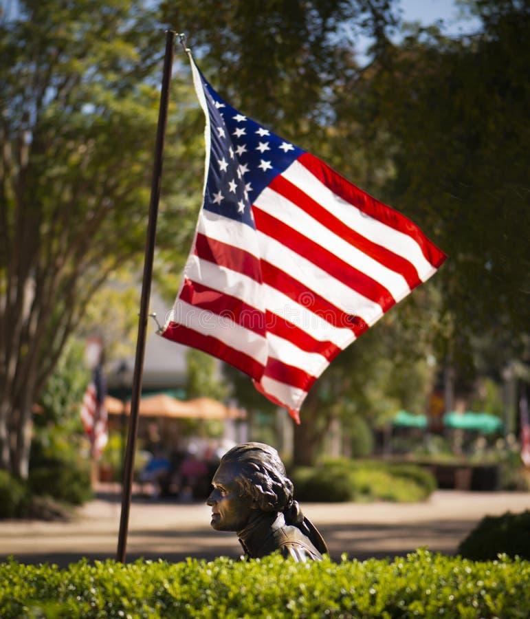 Άγαλμα του Thomas Jefferson σε Williamsburg Βιρτζίνια με τη σημαία που φυσά στον αέρα στοκ εικόνες