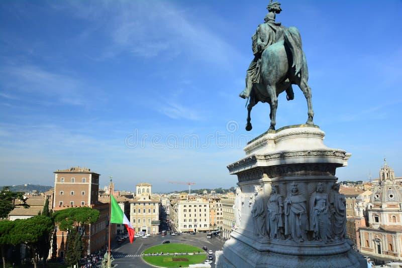 Άγαλμα του Vittorio Emanuele επάνω στο μνημείο Vittorio Emanuele στοκ εικόνα με δικαίωμα ελεύθερης χρήσης