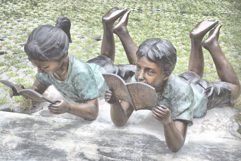Άγαλμα των παιδιών που διαβάζουν στη Μπανγκόκ στοκ φωτογραφία
